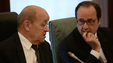 Jean-Yves Le Drian et François Hollande le 14 mai 2016 à Abuja, au Nigeria.