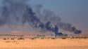 Le groupe terroriste incendie ses installations pétrolières pour brouiller la visibilité des avions de la coalition internationale.