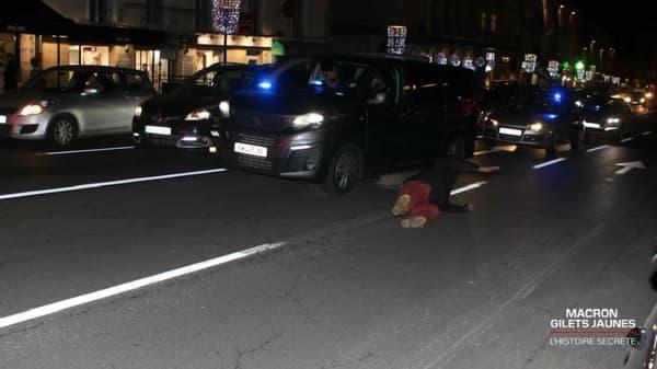 Un manifestant chute après avoir tapé sur la voiture d'Emmanuel Macron lors de sa visite au Puy-en-Velay le 4 décembre 2018