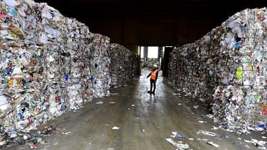 Depuis fin-2019 et la fin des exportations de vieux papiers et cartons vers la Chine, ils s'entassaient sans fin dans les usines de tris