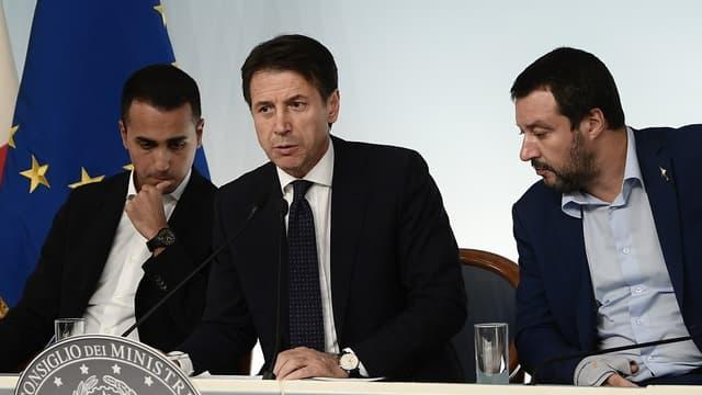 Le Premier ministre italien, Giuseppe Conte (au centre), entouré de ses deux vice-Premiers ministres, Luigi Di Maio (à gauche) et Matteo Salvini (à droite).