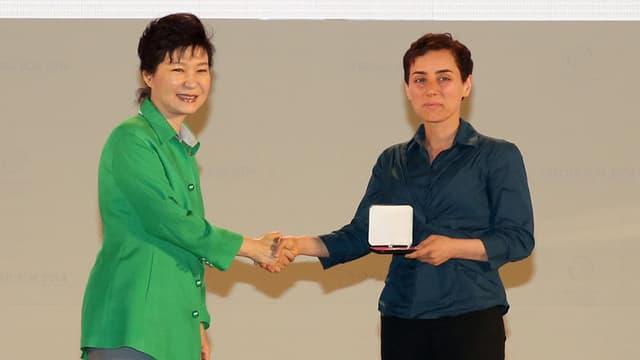 Maryam Mirzakhani reçoit la médaille Fields des mathématiques, le 13 août 2014, à Séoul, en Corée du Sud.