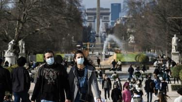 La population parisienne, profitant du soleil au jardin des Tuileries à Paris, le 23 février 2021, malgré l'épidémie de covid-19