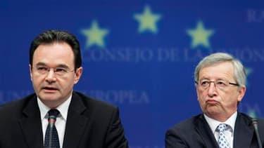Le président de l'Eurogroupe, Jean-Claude Juncker, et le ministre grec des Finances, George Papaconstantinou, à Bruxelles. Les ministres des Finances de la zone Euro ont déclenché dimanche un mécanisme d'aide sans précédent à la Grèce, qui s'est de son cô