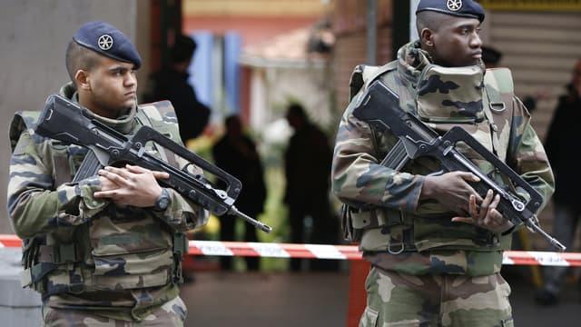 Des militaires devant le bâtiment où trois de leurs confrères ont été agressés à l'arme blanche, mardi 3 janvier, à Nice.