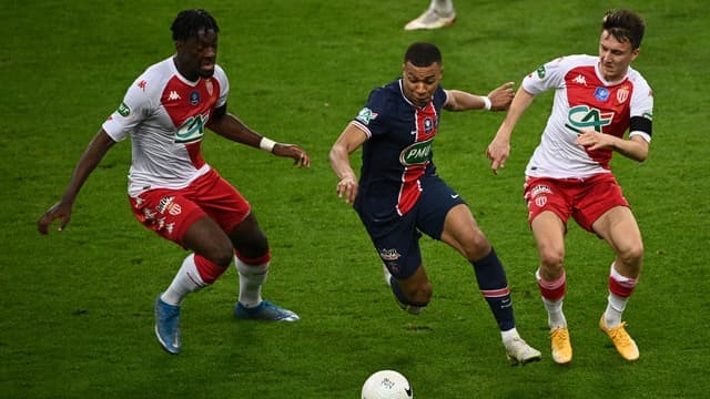 Mbappé bataille avec Golovine et Disasi lors de Monaco-PSG