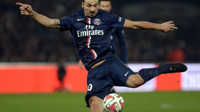 Zlatan Ibrahimovic porte actuellement des chaussures recouvertes d'encre noire afin de cacher le nom du sponsor.
