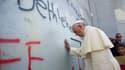 En visite à Béthléem, le pape a posé ses mains sur le mur de la séparation israélienne.