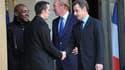 """Nicolas Sarkozy serre la main de Jonathan Pigeon (deuxième à gauche), chauffeur d'un bus attaqué mercredi à Tremblay-en-France, en Seine-Saint-Denis. Dans un communiqué, le chef de l'Etat a appelé les forces de l'ordre à """"intensifier les opérations coup d"""