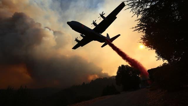 Un avion bombardier d'eau en train de lutter contre les incendies qui ravagent la Californie.