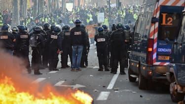Les forces de l'ordre font face aux manifestants lors de la quatrième journée mobilisation des gilets jaunes à Paris, le 8 décembre 2018