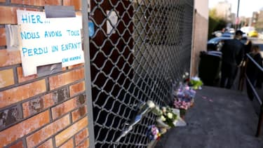 Des fleurs placées à l'endroit où un garçon de 15 ans a été abattu à Bondy, en Seine-Saint-Denis, le 27 février 2021