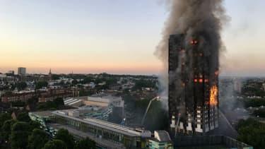 Un gigantesque incendie s'est déclaré dans la nuit du 13 au 14 juin 2017 dans une tour d'habitation du quartier de North Kensington, à Londres