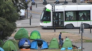 Plusieurs migrants qui campent dans un square à Nantes.