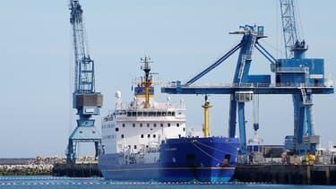 Un container de Mox (plutonium) est chargé à bord du bateau spécialisé qui le transportera au Japon dans le port de Cherbourg le 05 juillet 2017