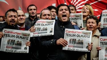 Manifestants conte la détention d'Akin Atalay, le 1er novembre 2016.