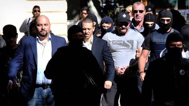 Les quatre députés d'Aube dorée escortés par la police, le 2 octobre.