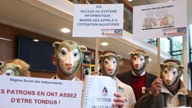 """Les """"moutons"""" ont protesté devant le siège du Régime social indépendant."""