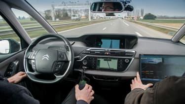Une voiture autonome de Peugeot Citroën en tests sur route ouverte en 2016.