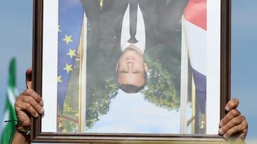 Un portrait d'Emmanuel Macron porté à l'envers au cours d'une marche pour le climat à Bayonne, le 21 septembre 2019 (illustration).