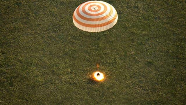 La capsule Soyouz lors de son atterrissage.