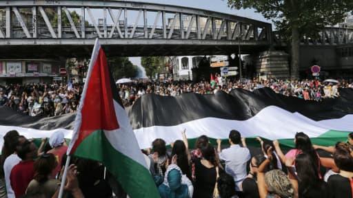 Des manifestants pro-Palestine le 19 juillet dans le quartier de Barbès à Paris lors d'un rassemblement interdit