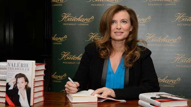 """Valérie Trierweiler, lors d'une séance de dédicaces de son livre """"Merci pour ce moment""""."""