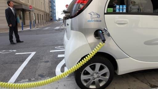 Le développement des véhicules électriques, ici à Nice, est tributaire d'un réseau étendu de bornes de recharge.