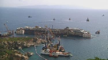Le paquebot Costa Concordia, échoué sur l'île italienne de Giglio, avant les opérations de démantèlement.