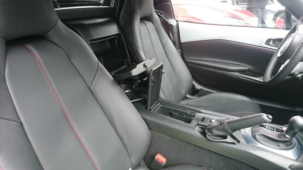 Sans boîte à gant, on se contente des petits rangements intérieur et du coffre de 130 litres capable d'accueillir deux valises cabine.