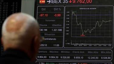 À la Bourse de Madrid, mercredi. Les responsables politiques européens ont tenté de prévenir une contagion de la crise grecque à d'autres pays de la zone euro, allant jusqu'à menacer de prendre des mesures contre la spéculation, sans toutefois parvenir à