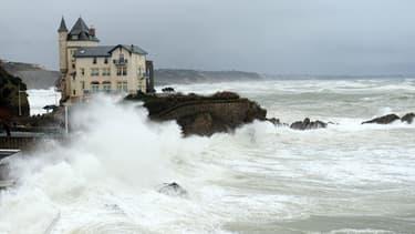 Les Landes et les Pyrénées-Atlantiques restent en alerte orange vagues-submersion, ce vendredi soir 28 février 2014.