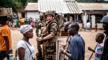 Un soldat français de l'opération Sangaris en poste à un check-point, en Centrafrique.