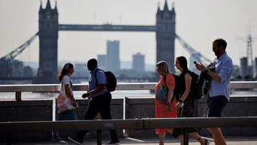 Des passants traversant le London Bridge à Londres le 19 juillet 2021.