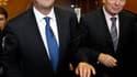 """François Hollande, aux côtés du président du groupe socialiste à l'Assemblée, Jean-Marc Ayrault. Le candidat socialiste à l'élection présidentielle a fustigé jeudi les """"très faibles"""" propositions formulées par Nicolas Sarkozy lors du sommet social de la v"""