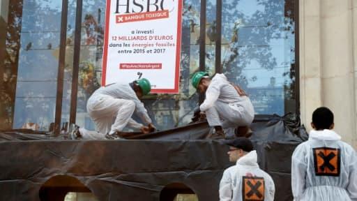 Des militants d'Attac manifestent devant la banque HSBC, sur les Champs-Elysées à Paris, le 15 septembre 2018