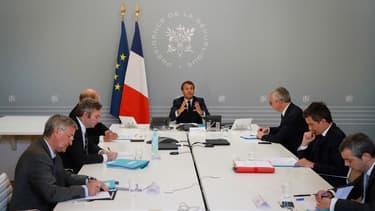 Emmanuel Macron et ses ministres s'entretiennent avec des restaurateurs et hôteliers, le 24 avril 2020.