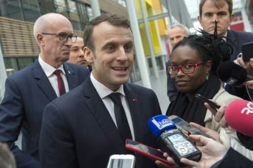 Emmanuel Macron et Sibeth Ndiaye (D) lors d'un point presse à Ladoux, le 25 janvier 2018