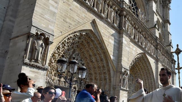 La traditionnelle procession de l'Assomption s'est élancée peu avant 17 heures du parvis de la cathédrale Notre-Dame de Paris, le 15 août 2016.