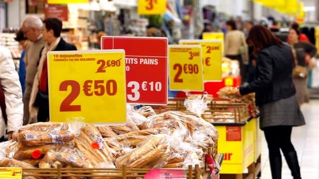 La consommation des ménages français en biens a reculé de 0,2% en volume en octobre par rapport au mois précédent après être restée stable en septembre (+0,1% en première estimation), selon les données publiées vendredi par l'Insee. /Photo d'archives/REUT
