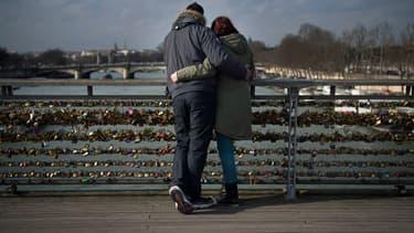 Un couple contemple la vue sur la Seine, à Paris, le 13 février 2015 (image d'illustration).
