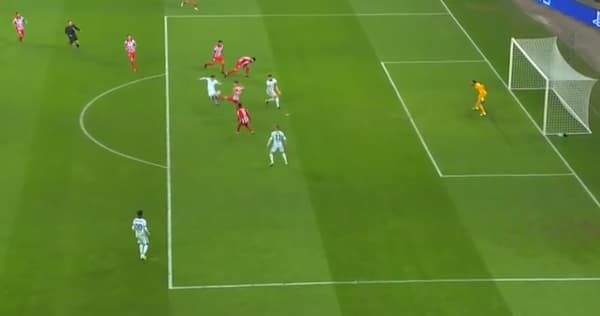 En position de hors-jeu, Olivier Giroud est remis en jeu par la passe du défenseur adverse