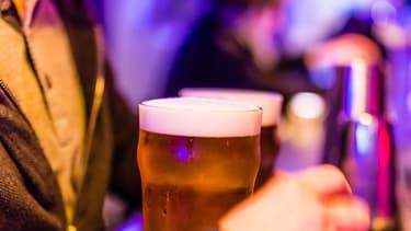 """Les travailleurs """"exposés quotidiennement au public dans le cadre de leur travail"""" ont davantage de risque d'avoir des consommations d'alcool plus élevées."""