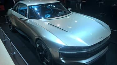 Le concept Peugeot e-Legend est exposé jusqu'au 10 février à Paris, au salon de la voiture ancienne Rétromobile.