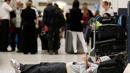 Passagers en attente à l'aéroport de Manchester. Le trafic aérien au départ et à destination de la Grande-Bretagne est perturbé jeudi en raison de l'éruption d'un volcan en Islande, dont le nuage de cendres s'est propagé sur les Îles britanniques. /Photo