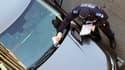 Un policier municipal dresse un procès-verbal de stationnement. (image d'illustration)