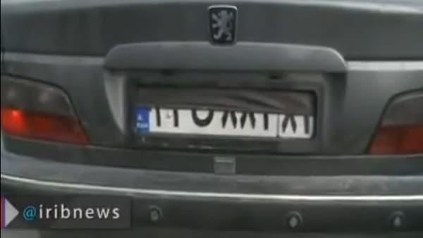 En appuyant sur un bouton dans l'habitacle, la plaque de cet automobiliste peut être cachée en quelques secondes.