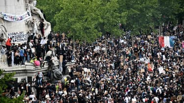 Plusieurs milliers de personnes se sont rassemblés place de la République pour dénoncer les violences policières et le racisme, à Paris le 13 juin 2020
