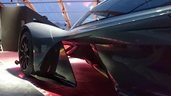 Les passages latéraux laissent entrevoir l'aileron avant qui fait follement penser à celui d'une monoplace de Formule 1.