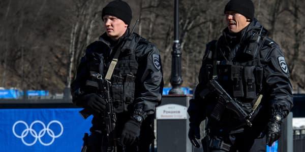 Des policiers russes patrouillent dans la station de montagne de Sotchi, le 2 février.
